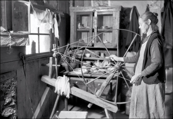 1933-tennessee-gatlinburg-mrs-watson-spinning-wheel.jpg